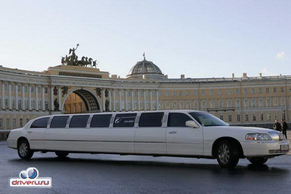 Закрыть.  Самый длинный в Петербурге Lincoln Town Car Hyper Stretch.
