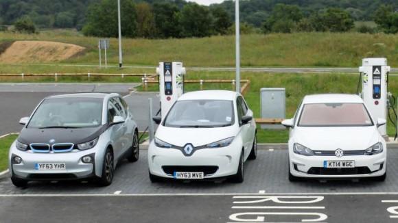 Зарядные станции для электромобилей на парковке